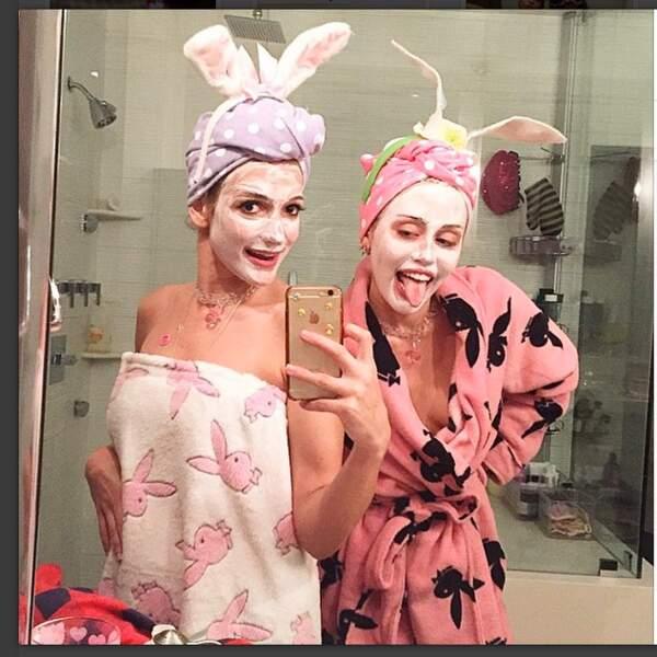Miley Cyrus fidèle à sa classe légendaire et une amie