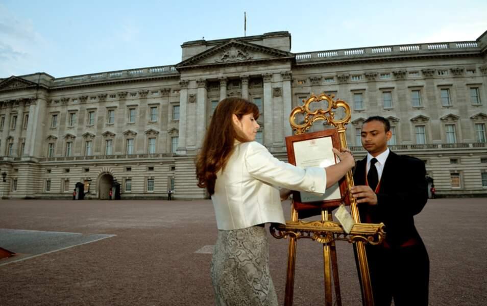 Quand soudain à 21h40, Ailsa Anderson, la porte-parole de la Reine vient apposer une affichette sur le chevalet