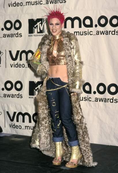 MTV Video Music Awards : Pink en  2000. Elle a rendu ses fringues à Coolio après.