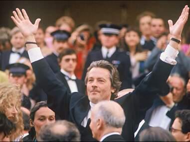 VOICI - Cannes 2019 : À l'occasion de sa Palme d'honneur, retour sur les montées des marches d'Alain Delon