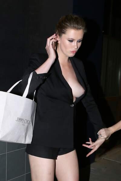 Ireland Baldwin : seins nus sous sa veste et très agitée, elle en montre trop