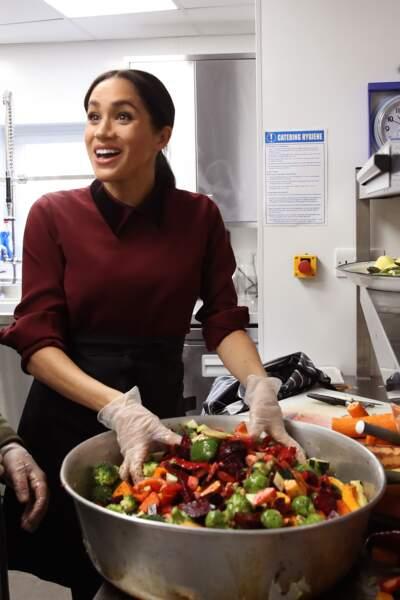 Meghan Makle tout sourire en cuisine à la Hubb Community Kitchen