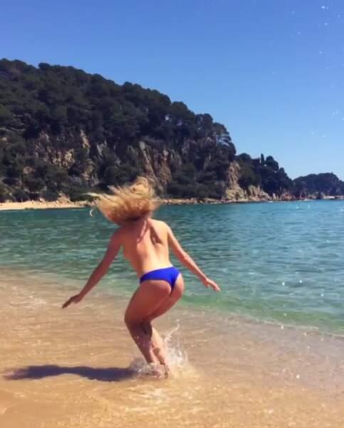 Il lui arrive aussi de faire des sauts au bord de la plage