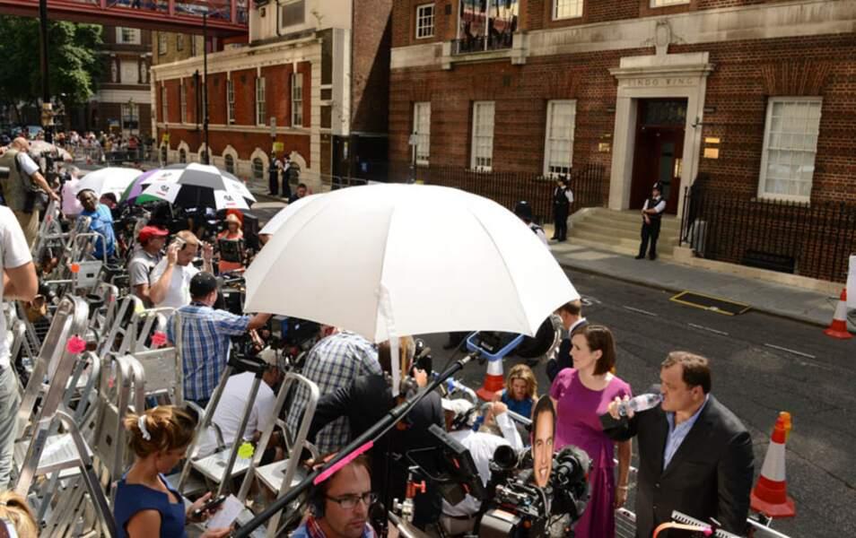 Patiemment, toute la journée, les médias du monde entier ont attendu l'annonce de la naissance du Royal Baby