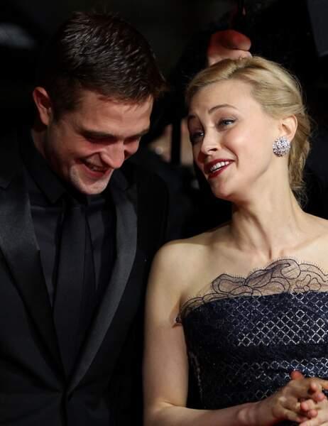 L'acteur s'entend comme larrons en foire avec la jolie Sarah Gadon...