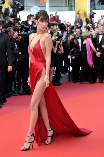 Bella Hadid dans sa robe en soie rouge très sexy en 2016