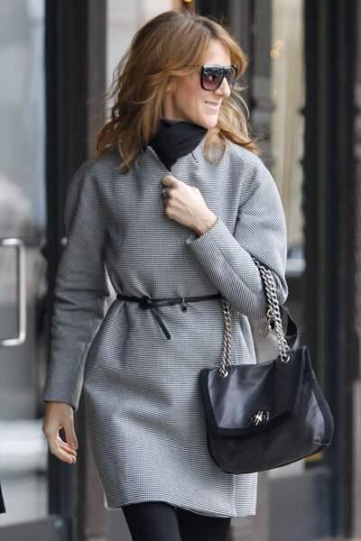 Céline Dion a 50 ans : ces 15 fois où elle était à la pointe de la mode (le manteau ceinturé)