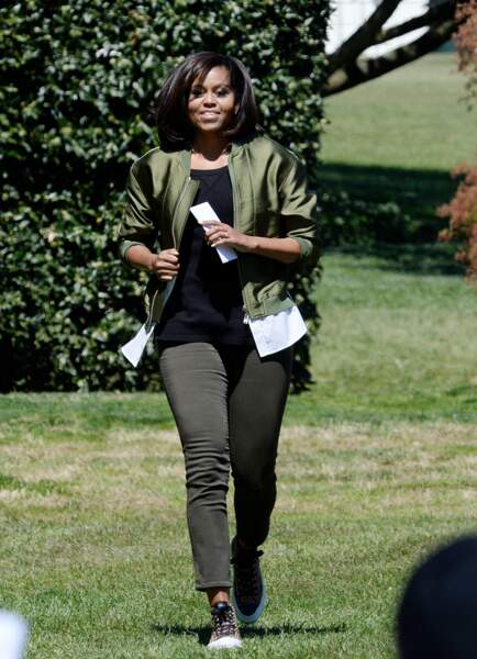 Michelle Obama stylée : on adore ce look casual slim + blouson métallisé