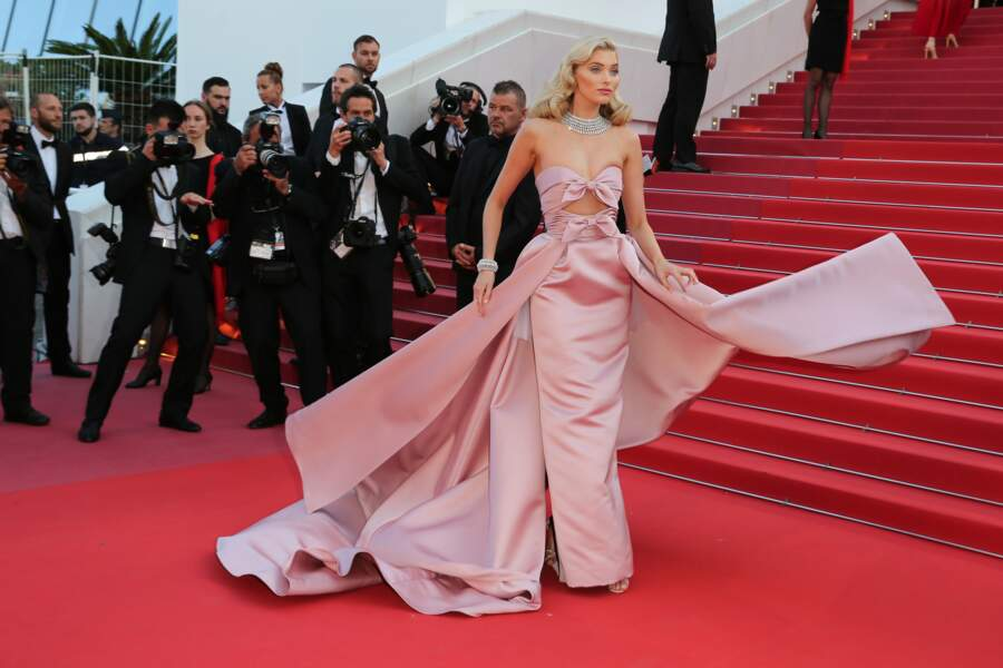 Elsa Hosk renversante dans sa robe rose poudrée en 2018