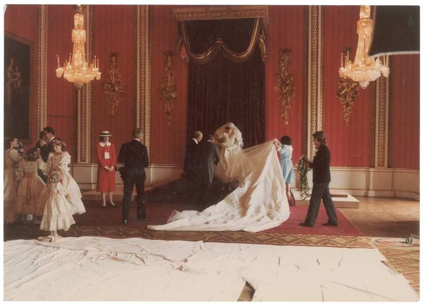 Diana se mettant en place pour la photo officielle, avec sa traîne d'une longueur record de plus de 8 mètres