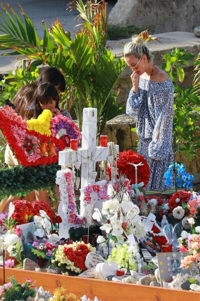Laeticia Hallyday effondrée sur la tombe de Johnny avec Jade et Joy