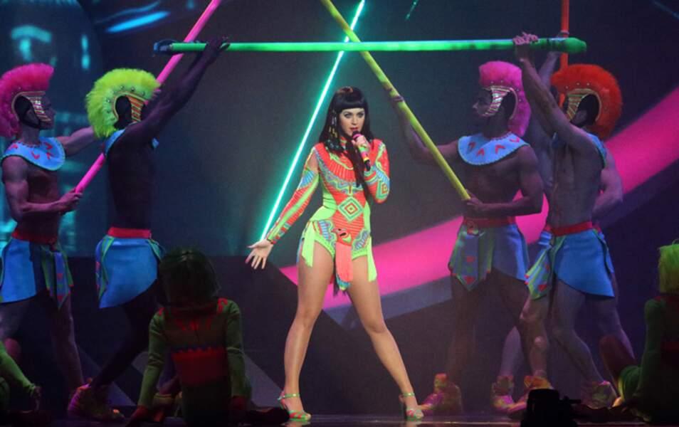 "Sur scène, Katy Perry interprète ""Dark Horse"""