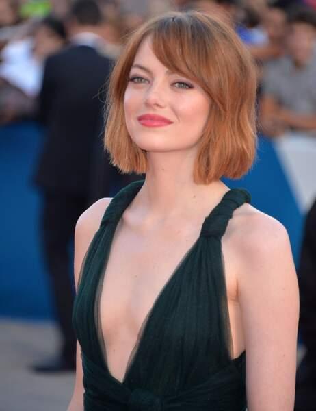 Ses yeux verts sont mis en valeur par sa robe très décolletée