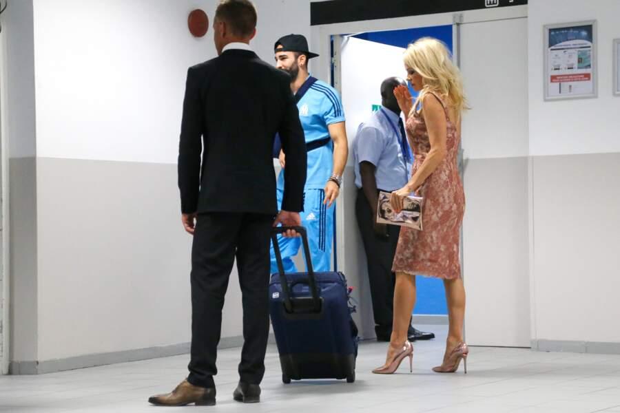 Pamela Anderson le suit