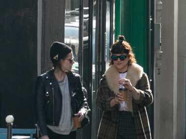 Kristen Stewart et Soko échangent un baiser dans les rues de Paris