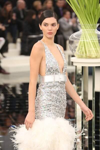 Défilé Chanel Haute Couture : Kendall Jenner sait jouer les mannequins à merveille