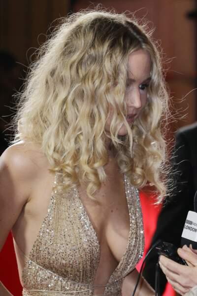 Jennifer Lawrence et son MAXI décolleté, à Londres le 19 février 2018