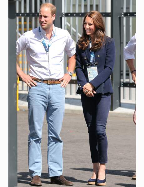 Look chic et casual pour le couple, Kate a remis son ensemble bleu marine et ses compensés chéries