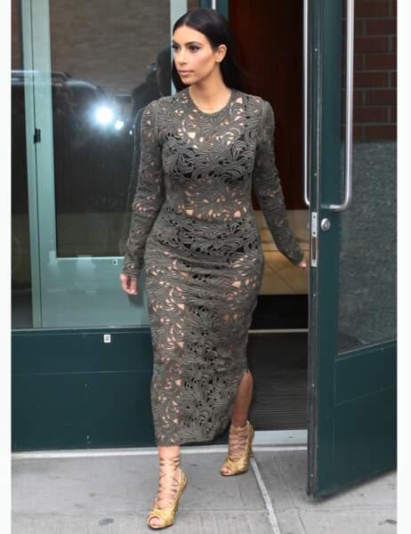 La robe en crochet kaki transparente n'est vraiment pas flatteuse pour ses formes