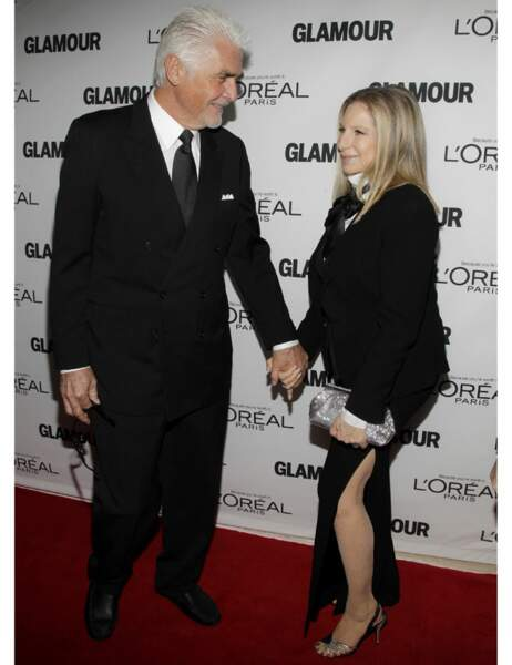 James Brolin et Barbra Streisand qui tente la robe fendue