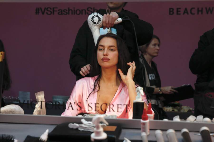 Défilé Victoria's Secret 2016 : Irina Shayk médite devant le miroir pendant qu'on lui sèche la tête