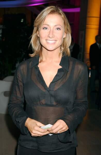 Retour sur l'évolution look d'Anne-Sophie Lapix : ici en 2004, toute en transparence pour TPS