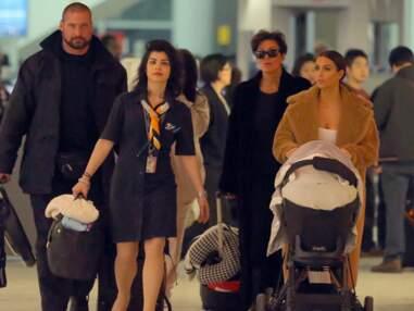 Kim Kardashian avec sa fille North à l'aéroport