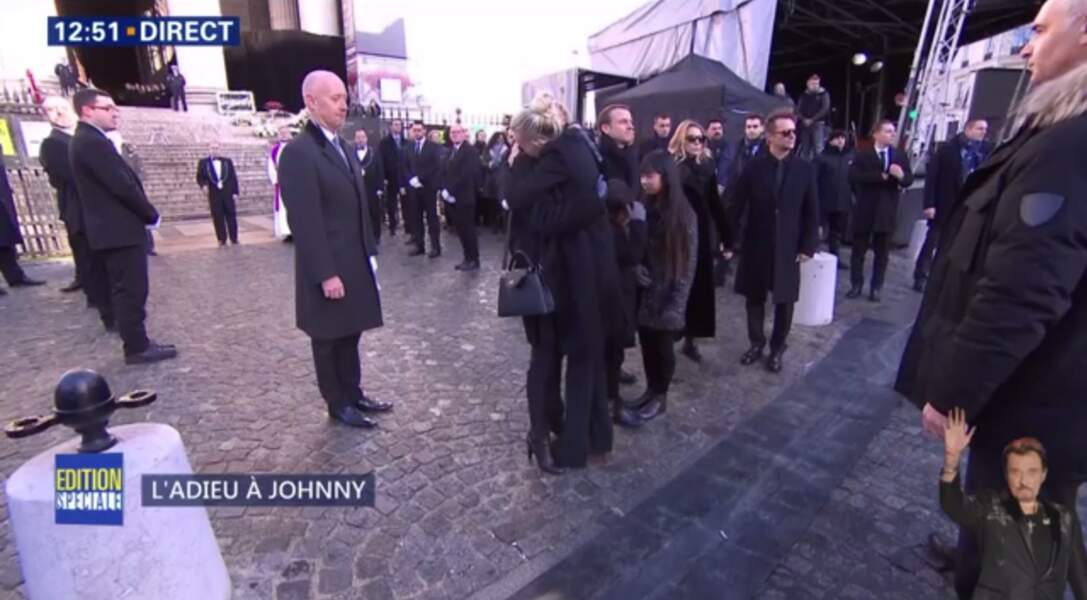 Hommage à Johnny Hallyday : Laeticia craque dans les bras de Brigitte Macron
