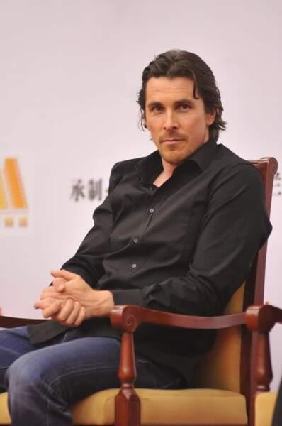 """Christian Bale imberbe : """"rdv au bar de l'hôtel à 19h30. J'aurai une rose rouge dans la bouche""""."""