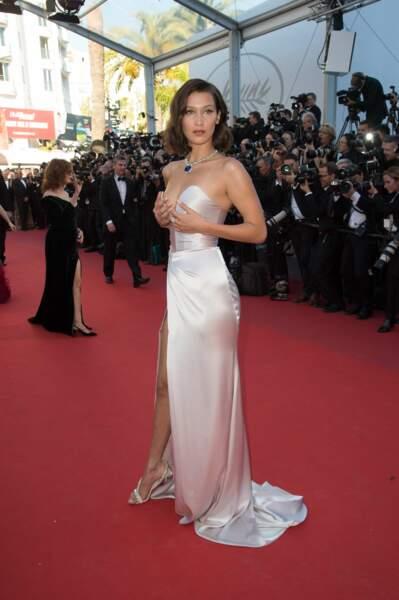 Festival de Cannes 2017 : Bella Hadid n'est pas plus rassurée par son profond décolleté