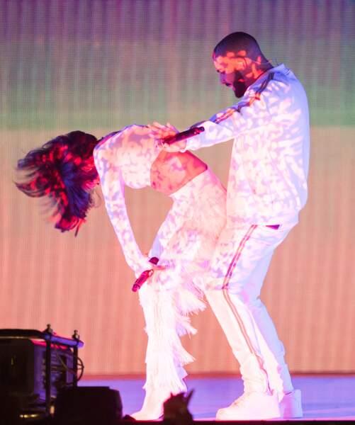 Mais Rihanna s'en fiche, vu qu'après elle a fait semblant de faire l'amour avec Drake sur scène