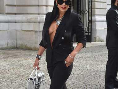Ayem et son décolleté incendiaire volent la vedette à Jennifer Lopez chez Versace