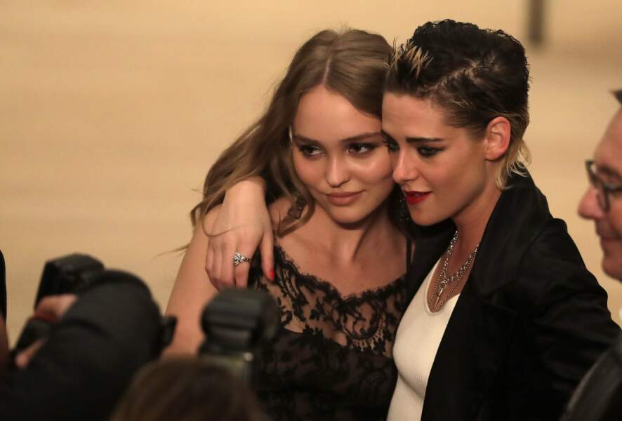 Lily-Rose Depp prend la pose avec Kristen Stewart