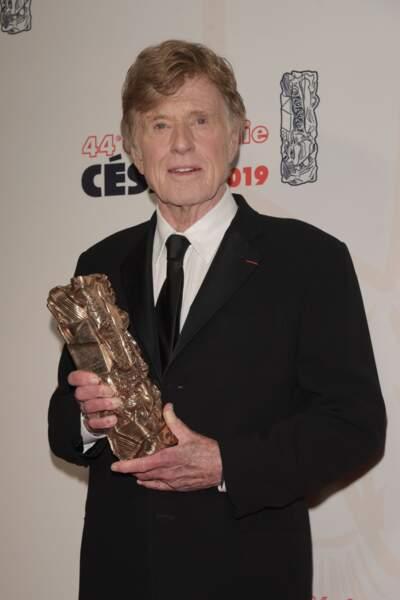 Robert Redford, qui a récemment tiré sa révérence, pose fièrement avec son César d'honneur