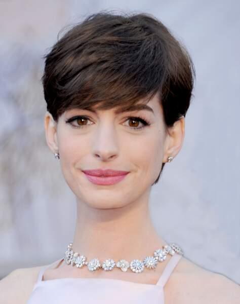 Visage ovale : tentez une frange épaisse sur le côté comme Anne Hathaway