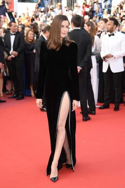 Laetitia Casta dans sa robe longue noire et fendue