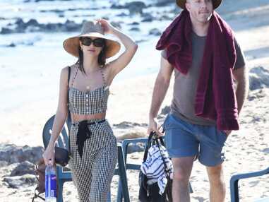 Emily Ratajkowski : à la plage avec son chéri, elle en montre un peu trop dans son bikini