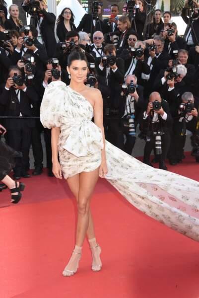 Kendall Jenner dans sa robe imprimée en 2017