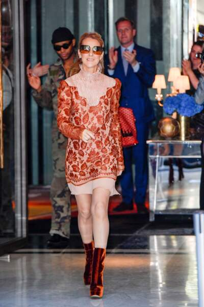 Céline Dion en robe imprimée dentelle et bottines en velours