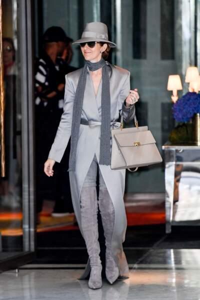 Céline Dion en manteau Balmain, cuissardes Le Silla, et chapeau Ugo Mozie
