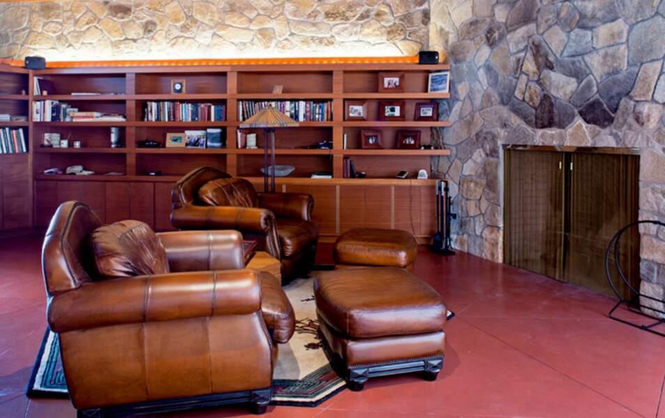 Dans la bibliothèque, Brad pourra lire des histoires à sa belle au coin du feu