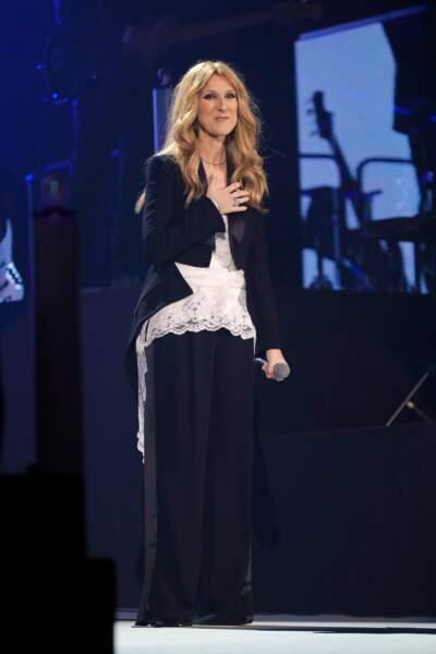 Céline Dion en concert à Paris, au début du mois : top en dentelle, pantalon large et veste destructurée