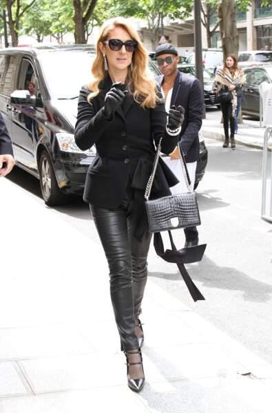 Céline Dion en mode biker chic et blazer Dior, pour le défilé Dior Couture