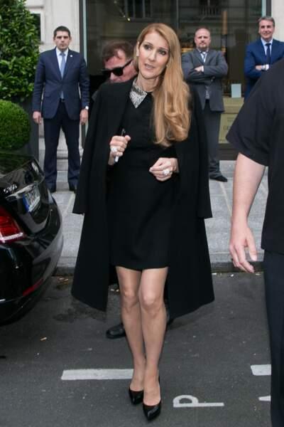 Céline Dion en petite robe noire Saint Laurent