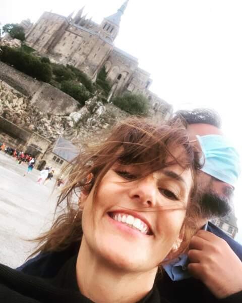 Elle visite aussi la France avec son mari, comme ici au Mont Saint-Michel