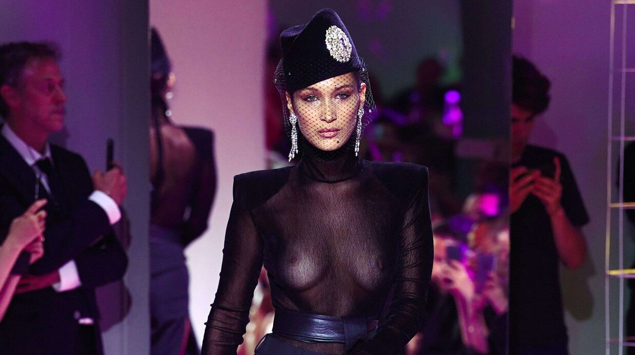 PHOTOS Bella Hadid : en top trans­pa­rent, elle dévoile sa poitrine sur le podium de la Fashion Week