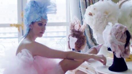Céline Dion: sa délirante vidéo mode à Paris où elle mange du plâtre