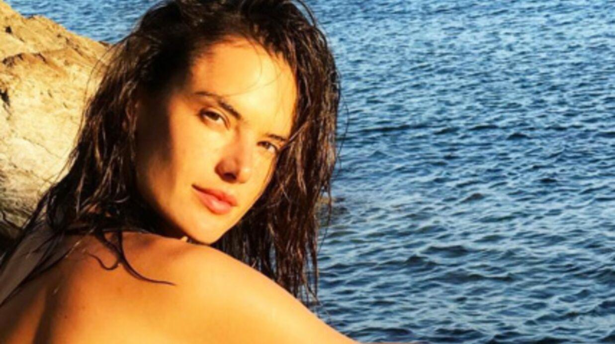 Alessandra Ambrosio: son décolleté XXL et très sexy en maillot de bain