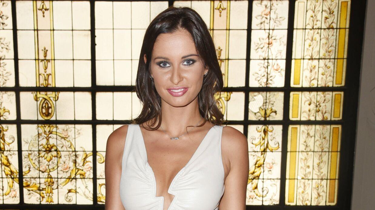 PHOTO Malika Ménard: maxi décolleté pour Miss France 2010 qui barbote dans la piscine