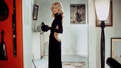 Mireille Darc: l'incroyable histoire de sa robe au décolleté vertigineux dans Le grand blond avec une chaussure noire
